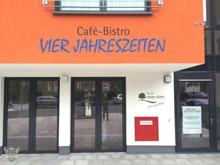 Schriftzug ueber Cafe