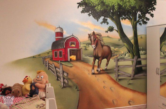 Ein pony auf ei´nem Hof mit roter Scheune