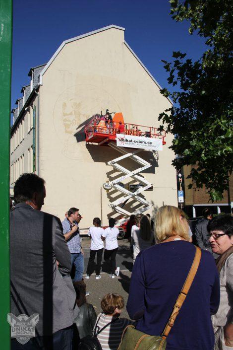 Scherenbühne vor großer Wand am Miro